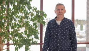 Kajaanin kaupungissa venepaikan voi maksaa Suomi.fi-maksut-palvelussa. Kuvassa paikkatietoinsinööri Jaakko Heikkinen.
