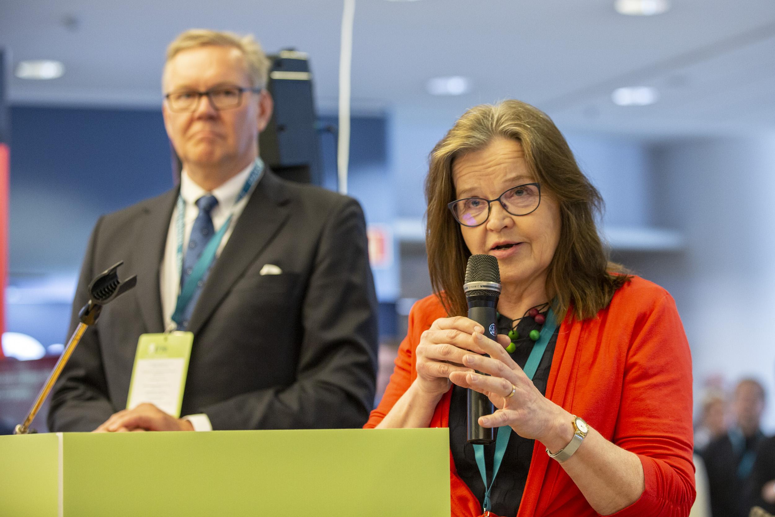 Päivi Nerg ja Timo Laitinen pitämässä Valtio Expo 2019 avajaispuhetta