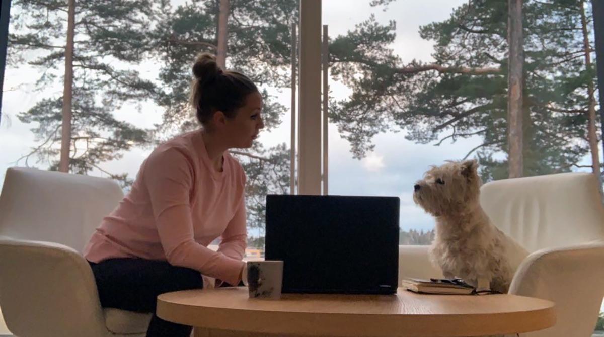 Kuvassa Essi Lojander ja ERSUS-hankkeen sihteeri Lefa-koira.
