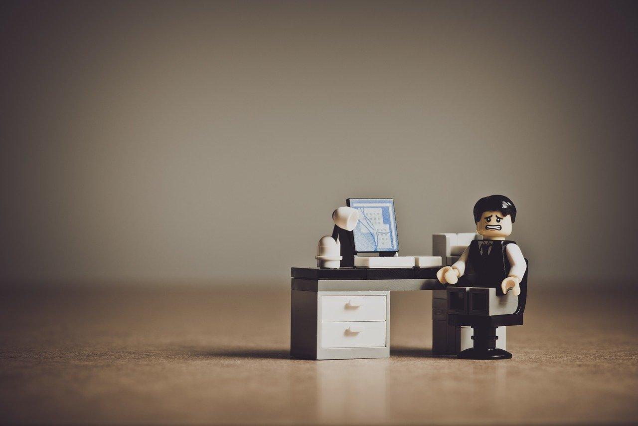 Kuva pahoilla mielin olevasta toimistotyöntekijästä. Lähde: Pixabay