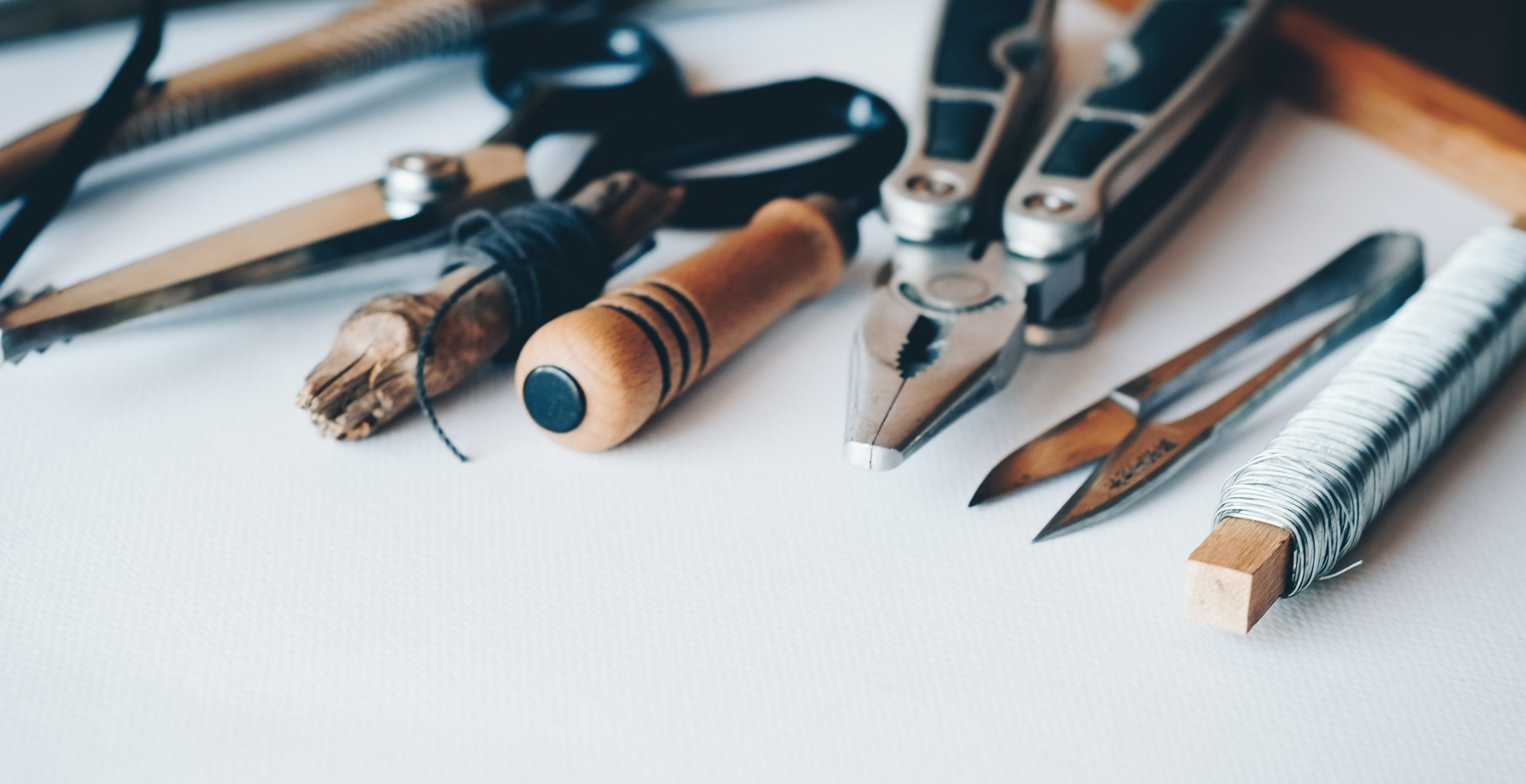 Työkaluja pöydällä